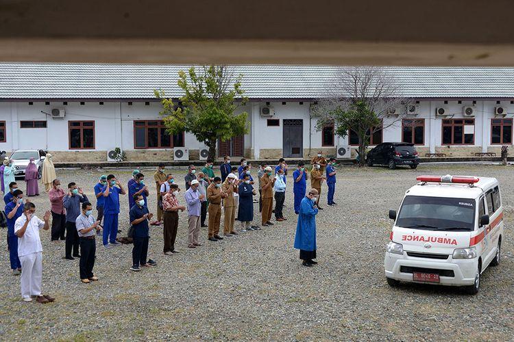 Sejumlah dokter bersama tenaga medis lainnya melaksanakan shalat jenazah untuk almarhum dr Zulkifli Sp.P, dokter senior spesialis paru yang meninggal setelah positif Covid-19, saat pelepasan terakhir jenazah di halaman Rumah Sakit Umum Daerah (RSUD) Zainoel Abidin, Banda Aceh, Selasa (29/9/2020). Dinas Kesehatan Provinsi Aceh menyatakan, almarhum menjadi dokter keempat di Aceh yang meninggal akibat Covid-19.