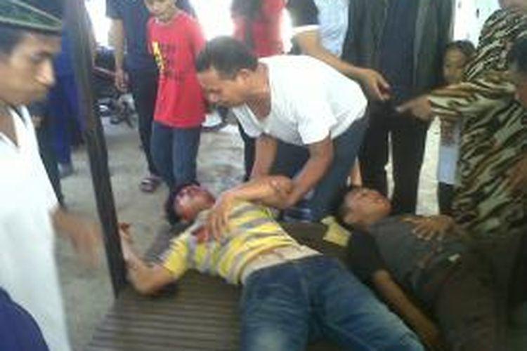 Dua remaja di Kabupaten Gowa, Sulawesi Selatan tengah kritis setelah sepeda motor yang dikendarainya bertabrakan dengan truk pengangkut pasir. Jumat, (04/12/2015).