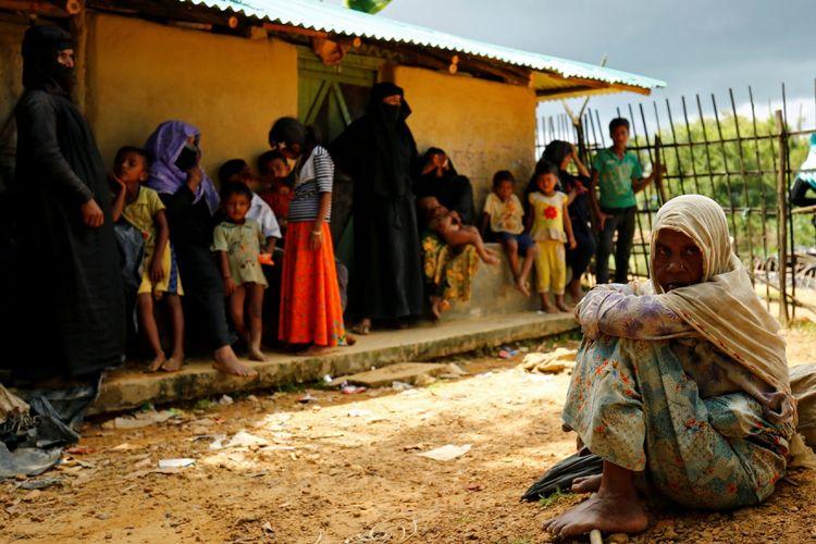 Pengungsi baru Rohingya duduk dekat kamp pengungsi sementara Kutupalang, di Cox Bazar, Bangladesh, Selasa (29/8).
