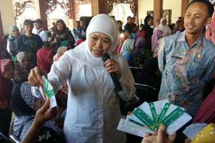 Menteri Sosial RI, Khofifah Indar Parawansa memperkenalkan KPS kepada warga miskin agar bisa membedakan dengan yang palsu.