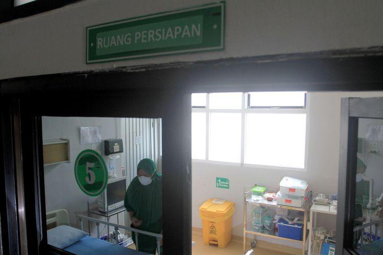 RSMH Palembang menyiapkan dua ruang isolasi untuk mengevakuasi pasien yang terindikasi terkena virus Corona. Ruang isolasi tersebut dilengkapi dengan peralatan, tekanan negatif. Selain itu, para perawat juga wajib menggunakan APD, Senin (27/1/2020).