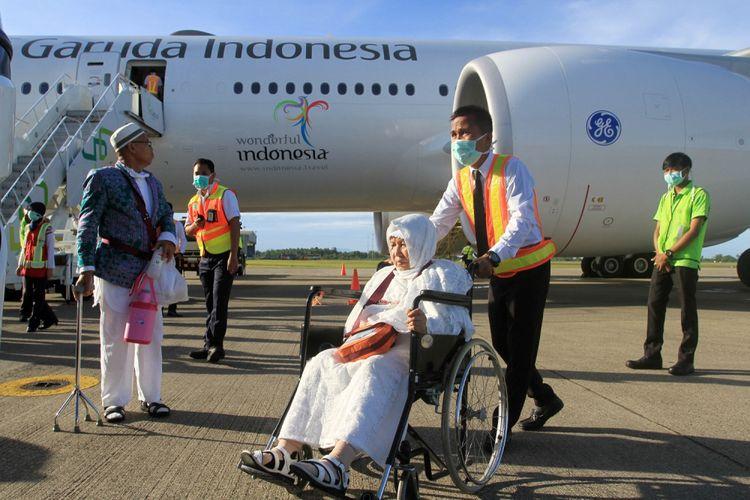 Seorang petugas membawa jemaah haji kloter pertama memakai kursi roda setibanya di Bandara International Minangkabau (BIM), Kabupaten Padang Pariaman, Sumatera Barat, Kamis (7/9). Sebanyak 392 jemaah haji kloter pertama debarkasi Padang yang terdiri dari 158 pria dan 229 wanita tiba di Bandara International Minangkabau. ANTARA FOTO/Muhammad Arif Pribadi/aww/17.