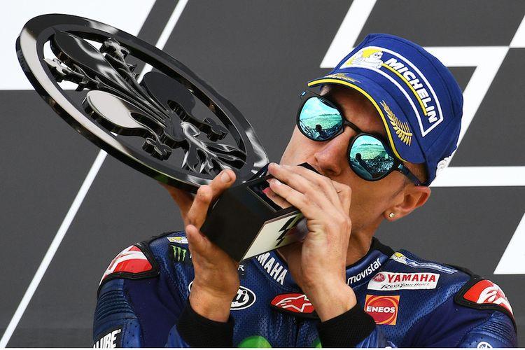 Pebalap Movistar Yamaha asal Spanyol, Maverick Vinales, mencium trofi yang didapat setelah finis di urutan kedua pada GP Italia di Sirkuit Mugello, Minggu (4/6/2017).