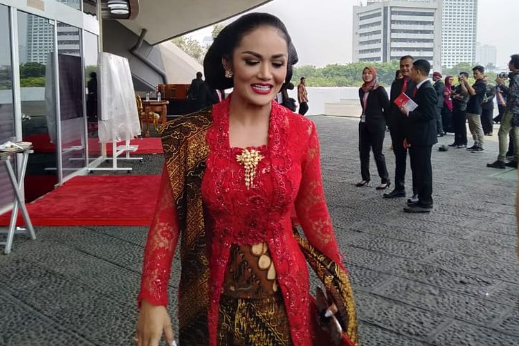 Anggota DPR RI dari Fraksi PDI Perjuangan Krisdayanti usai pelantikan di Kompleks Parlemen, Senayan, Jakarta, Selasa (1/10/2019)