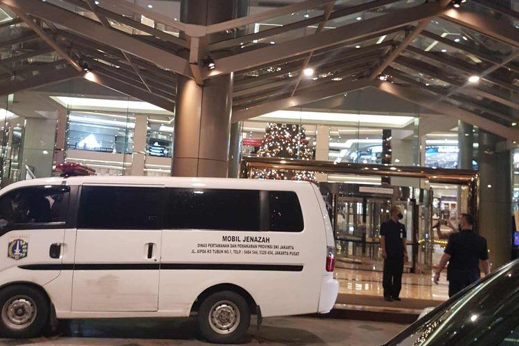 Ambulans yang terparkir di depan pintu keluar utama Mall Taman Anggrek untuk mengevakuasi seorang pengunjung yang lompat dari lantai empat Mall Taman Anggrek, pada Rabu (6/1/2021).