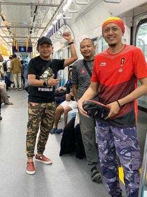 Ardian J Fatkoer, bersama teman-temannya menumpang MRT Jakarta.