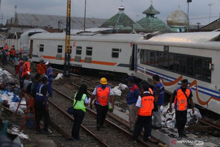 Sejumlah teknisi berusaha mengevakuasi rangkaian gerbong kereta api tak berlokomotif yang anjlok setelah sebelumnya meluncur tanpa kendali sejauh dua kilometer dan menabrak eskavator di Stasiun Kotalama, Malang, Jawa Timur, Rabu (18/11/2020). Tidak ada korban jiwa dalam kejadian tersebut.