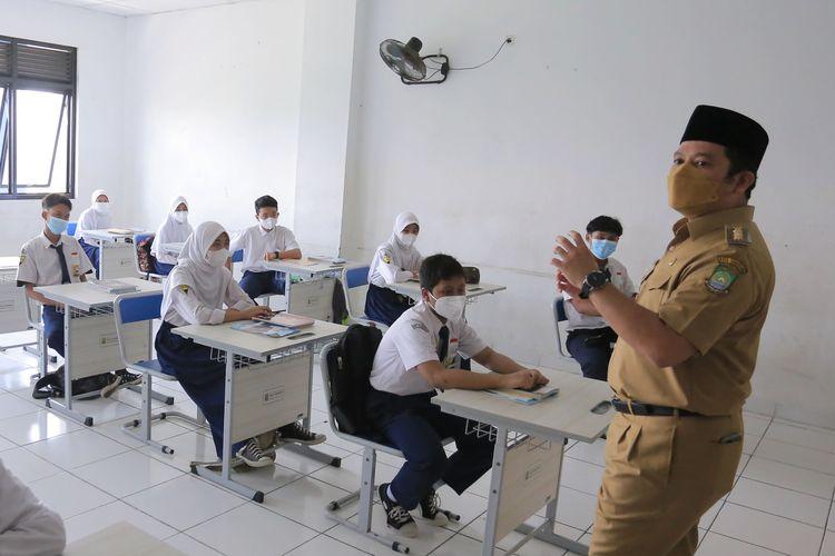 Wali Kota Tangerang Arief R Wismansyah saat meninjau pembelajaran tatap muka (PTM) di SMPN 25 Tangerang, Larangan, Kota Tangerang, Senin (13/9/2021).