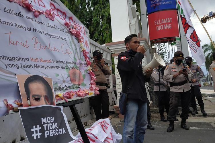 Seratusan Mahasiswa Badan Eksekutif Mahasiswa Universitas Mataram ( BEM Unram) yang tergabung dalam BEM Seluruh Indonesia, Rabu (4/11/2020) berdemo ke kantor DPRD NTB, mereka membawa surat terbuka untuk Presiden Joko Widodo, yang menandatangani UU Cipta Kerja Omnibus Law