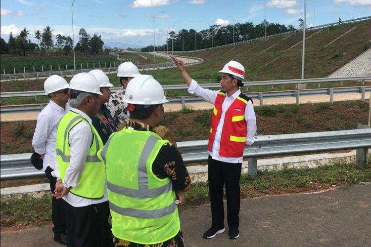 Presiden Joko Widodo, Jumat (23/11/2018), ketika meninjau tol Trans Sumatera ruas Bakauheuni-Terbanggi Besar, Provinsi Lampung.