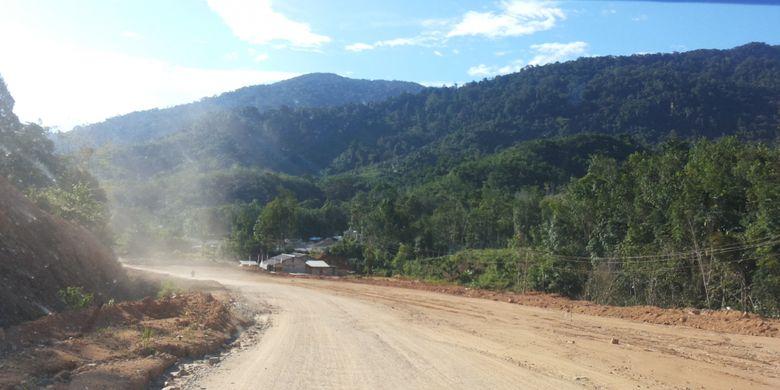 Salah satu ruas jalan yang belum teraspal menuju perbatasan Indonesia-Malaysai di Aruk, Sajingan Besar, Kabupaten Sambas, Kalimantan Barat.