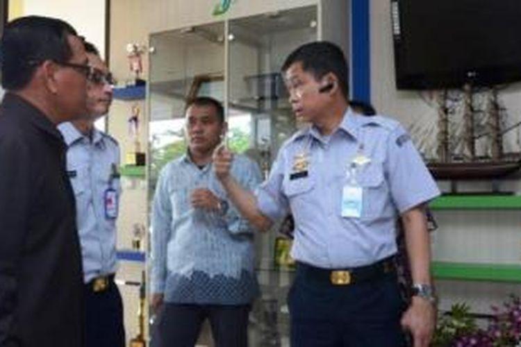 Menteri Perhubungan, Ignatius Jonan berbincang dengan GM Angkasa Pura 1, Trikora Harjo tentang pesawat Air Asia QZ 8501 yang hilang kontak di kawasan Tanjung Pandan, Kalimantan, Minggu (28/12/2014).