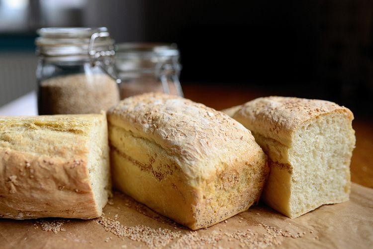 Ilustrasi roti tawar ala rumahan. Bikin roti tawar sendiri tanpa oven, cukup pakai panci.