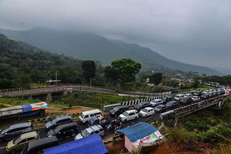 Antrean kendaraan pemudik melintas di Jalur Selatan Lingkar Gentong, Kabupaten Tasikmalaya, Jawa Barat, Jumat (7/6/2019). Memasuki H+2 Lebaran arus balik di jalur selatan menuju Bandung dan Jakarta terpantau padat.