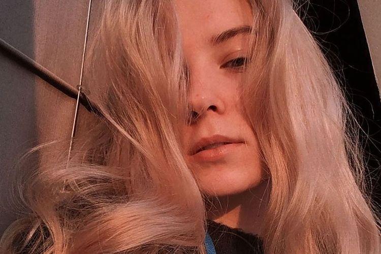 Ekaterina Chernova. Gadis asal Moskwa, Rusia, ini dilaporkan tewas setelah jatuh dari atap apartemen sembilan lantai saat berusaha mengambil foto dengan latar belakang matahari terbenam.
