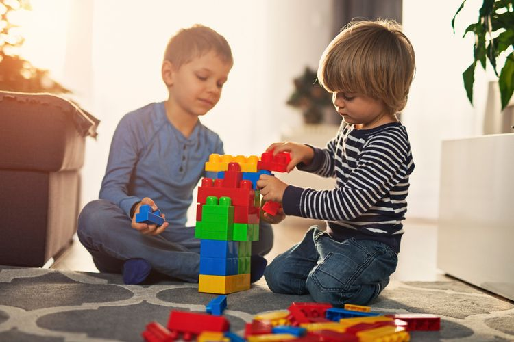 Ilutsrasi anak bermain mainan.