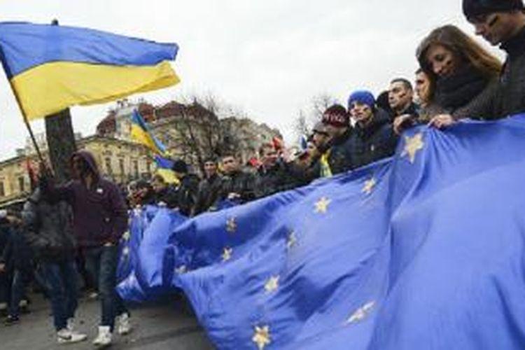 Aksi protes muncul setelah Ukraina memilih condong ke Rusia ketimbang ke UE.