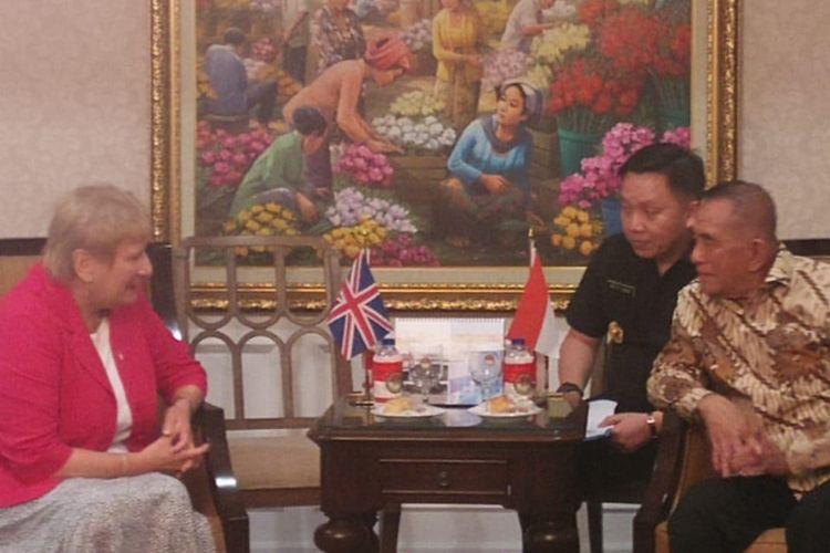 Menteri Pertahanan (Menhan) RI Ryamizard Ryacudu (memakai batik) sedang berdiskusi dengan Courtesy Call UK Minister of State of The Ministry of Defence, H.E. Baroness Goldie DL (kanan) di Kediaman Widya Chandra III/8, Kebayoran Baru, Jakarta Selatan, Kamis (26/9/2019).