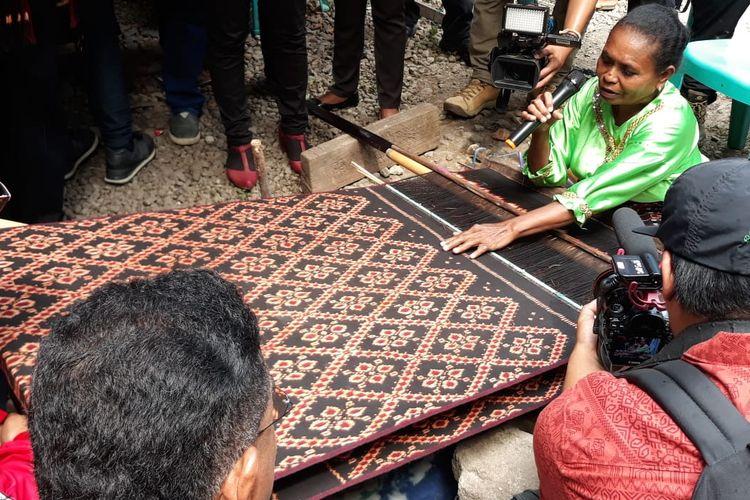 Kampanye PDI Perjuangan menemui pengrajin tenun ikat di Maumere, Nusa Tenggara Timur, Selasa (9/4/2019).