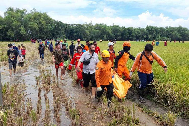 Diduga menghirup gas beracun, 3 warga Ngawi pingsan di dalam sumur sedalam 7 meter. 1 korban diwvakuasi meninggl sementara 2 anak korban dievauasi dalam keadaan pingsan.