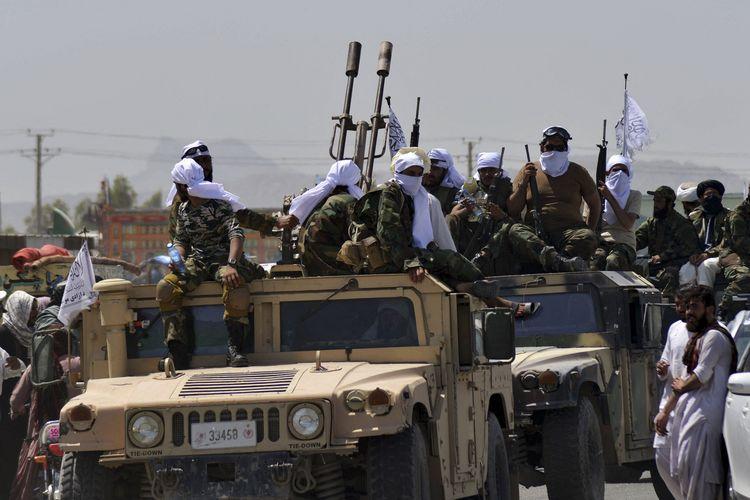 Anggota Taliban menaiki Humvee yang mereka rampas setelah pasukan Amerika Serikat meninggalkan Afghanistan. Taliban mengadakan konvoi untuk memamerkan alat-alat militer AS hasil rampasan, di Kandahar, Rabu (1/9/2021).