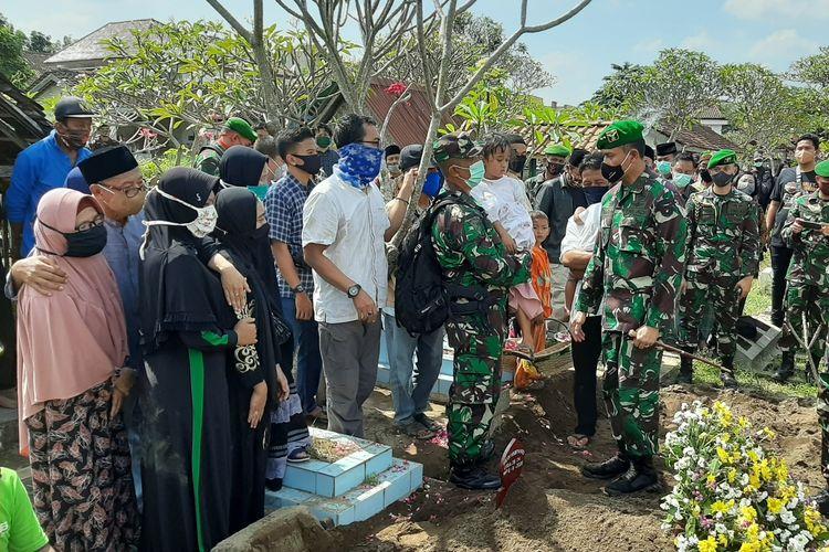 Komandan Pusat Penerbangan Angkatan Darat (Danpuspenerbad), Mayor Jenderal  Teguh Pudjo Rumekso saat menghampiri keluarga almarhum Kapten Cpn Fredy Vebryarto Nugroho usai acara pemakaman.