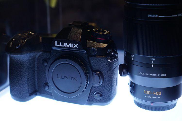 Panasonic Lumix G9 di samping lensa tele-zoom Panasonic Leica DG Vario-Elmar 100-400mm f/4.0-6.3, dalam acara peluncuran di Jakarta, Rabu (28/2/2018).