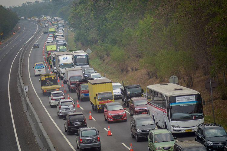 Kemacetan panjang terjadi saat pemberlakuan contraflow di KM 91 Tol Cipularang, Kabupaten Purwakarta, Jawa Barat, Selasa (3/9/2019). Pemberlakuan contraflow tersebut diberlakukan selama proses olah TKP kecelakaan beruntun di KM 91 oleh petugas berwenang.