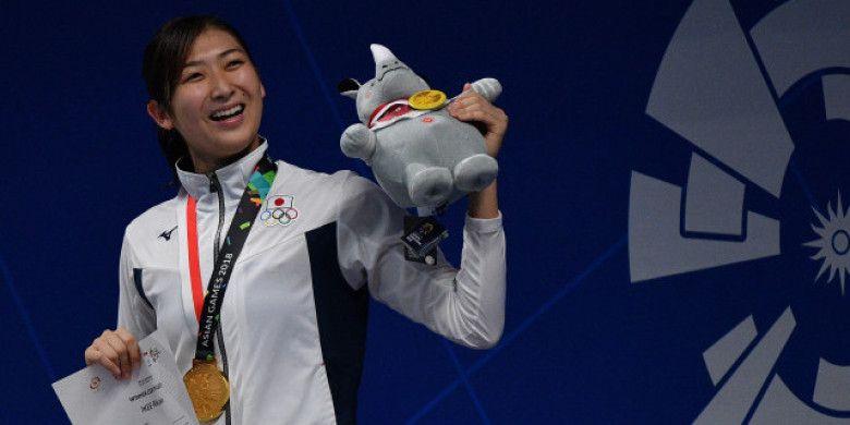 Perenang Jepang Rikako Ikee mengangkatmaskot Asian Games usai upacara penyerahan medali nomor 50 meter Gaya Bebas Putri Asian Games ke-18 Tahun 2018 di Aquatic Centre GBK, Senayan, Jakarta, Jumat (24/8). Rikako Ikee berhasil meraih medali emas sekaligus memecahkan rekor Asian Games dengan catatan waktu 24.53 detik.