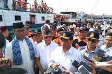IKA ITS Sumbang 1.400 Jaket Pelampung di Pelabuhan Kali Adem
