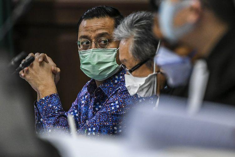 Terdakwa mantan Menteri Sosial Juliari Batubara (kiri) mengikuti sidang lanjutan kasus korupsi Bantuan Sosial (Bansos) COVID-19 di Pengadilan Tipikor, Jakarta, Senin (7/6/2021). Sidang tersebut beragenda mendengarkan keterangan saksi mantan Pejabat Pembuat Komitmen (PPK) Bantuan Sosial (Bansos) terkait Corona, Matheus Joko Santoso. ANTARA FOTO/Galih Pradipta/wsj.