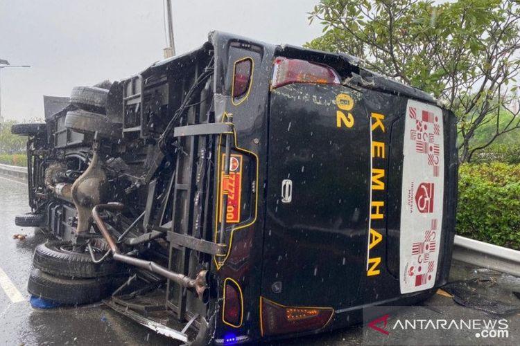 Bus jemputan pegawai Kementerian Pertahanan terbalik di KM3 Tol Jagorawi, Cililitan, Jakarta Timur, Senin (14/9/2020). Dalam kecelakaan itu terlibat bus milik TNI AL serta dua kendaraan minibus pribadi..
