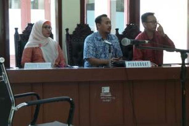 Retno Listyarti (paling kiri) bersama dua pengacaranya dari LBH Jakarta saat sidang putusan di PTUN Jakarta Timur. Kamis (7/1/2016)