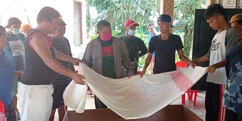 Warga Toraja melangsungkan ritual Ma'Nene di Jalan Persemaian, RT 010 Kelurahan Nunukan Barat, Kabupaten Nunukan, Kamis (01/04/2021), pagi