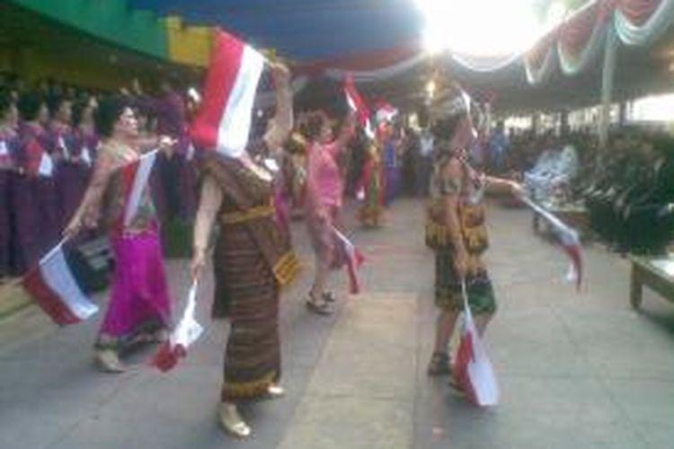 Sejumlah warga keturunan Tionghoa menari dalam balutan busana tradisional Indonesia usai upacara peringatan HUT ke-68 Kemerdekaan RI di Pasar Atom, Surabaya, Jawa Timur, Sabtu (17/8/2013).