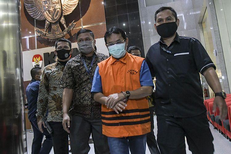 Tersangka kasus dugaan pemotongan uang dan penerimaan gratifikasi yang juga mantan Bupati Bogor periode 2008-2014 Rachmat Yasin (kedua kanan) berjalan meninggalkan ruangan pemeriksaan usai ditetapkan sebagai tersangka di gedung KPK, Jakarta, Kamis (13/8/2020). Rachmat Yasin yang diduga menerima atau memotong pembayaran dari beberapa Satuan Perangkat Kerja Daerah (SKPD) di Kabupaten Bogor serta menerima gratifikasi berupa tanah seluas 20 hektar di Jonggol, Kabupaten Bogor dan Toyota Vellfire senilai Rp 825 juta itu kemudian resmi ditahan selama 20 hari.