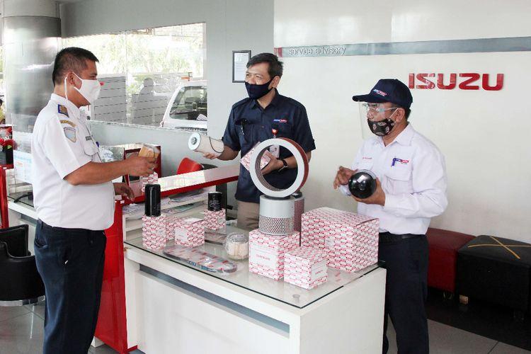 ASTRA UTAMAKAN KUALITAS SPARE PART: Konsumen (kiri) mendapat penjelasan tentang spare part pesananannya yang telah tiba dari customer servis disaksikan oleh Parts & Accessories Department Head PT Astra International Tbk- Isuzu, Dedi Santosa (tengah) di bengkel Isuzu, Sunter, Jakarta, Kamis (13/8). Dengan mengakses website, konsumen bisa cepat mendapatkan spare part yang berkualitas, dan service prima di 600 outlet Astra Isuzu serta 1.200 yang berada di bawah manajemen jaringan Isuzu dengan diskon yang menarik. Pada Juni 2020 kontribusi suku cadang telah memberi 75 %, malah di Juli mencapai 85 %. Diharapkan di Agustus dapat melampaui pendapatan tahun lalu di bulan yg sama seiring mulai bertambahnya penjualan kendaraan merk Astra Isuzu.