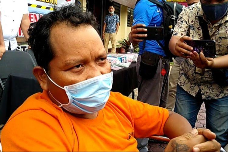 KMS, tersangka kasus penembakan terhadap seorang anggota Polsek Medan Barat, Aiptu Robin mengaku menyerahkan diri kepada seorang anggota Polsek Percut Sei Tuan. Dua hari setelahnya, KMS ditembak di kakinya. KMS tidak tahu saat berada di mana ditembak karena matanya ditutup.