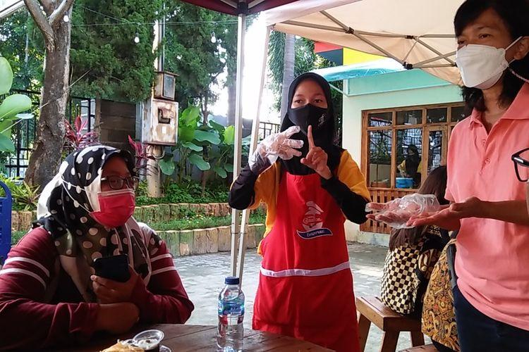 Nabila Tyasani (20) difabel tuli yang menjadi pramusaji di Dapur Difabel Lampung mengenalkan namanya dalam bahasa isyarat, Jumat (5/3/2021). Dapur Difabel ini menjadi sarana interaksi antara kaum difabel dan nondifabel dalam kehidupan sehari-hari.