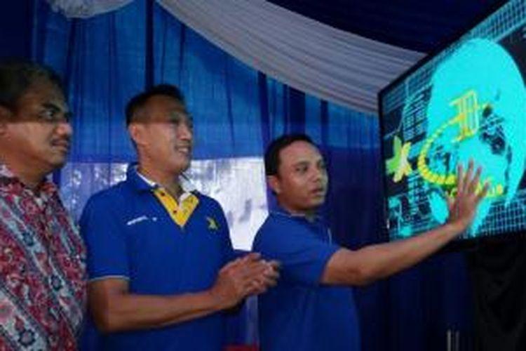 (ki-ka) Kepala Balai Monitoring (Balmon) Spektrum Frekuensi Radio Kelas II Surabaya Joni Adrian, Deputy Chief Commerce Officer XL East and North Kencono Wibowo, Direktur Service Managament XL Ongki Kurniawan dalam acara peluncuran Uji Coba Layanan 4G di Surabaya, Jumat (13/2/2015)