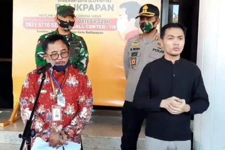 Wali Kota Balikpapan, Rizal Effendi (merah) saat memberi keterangan pers di Balikpapan, Kaltim, Kamis (11/6/2020).