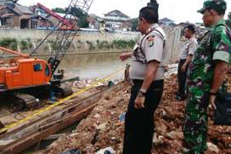 Kepala Polsek Tebet Komisaris Nurdin Arrahman sedang menunjuk lokasi kecelakaan kerja di proyek normalisasi Sungai Ciliwung, di Bukit Duri, Jakarta Selatan. Dalam kecelakaan kerja itu, salah satu kaki pekerja proyek, Muaf Jaelani ( 25), luka terputus akibat kejatuhan tiang pacang. Foto diambil Senin (17/10/2016).