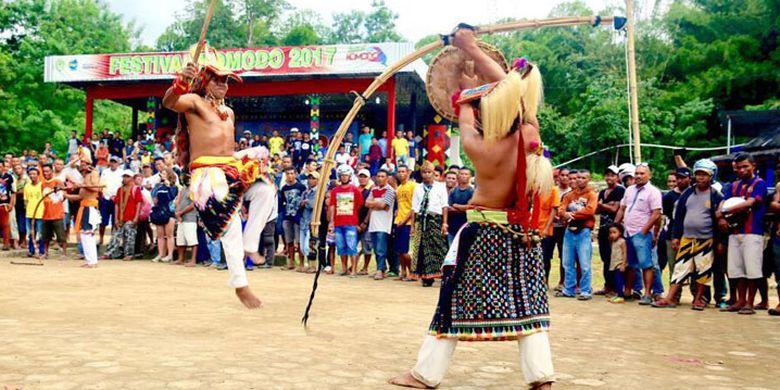Tari Caci digelar di Lapangan Batu Cermin, Kabupaten Managgarai Barat, Nusa Tenggara Timur dalam rangkaian Festival Komodo 2017, Kamis (2/3/2017).