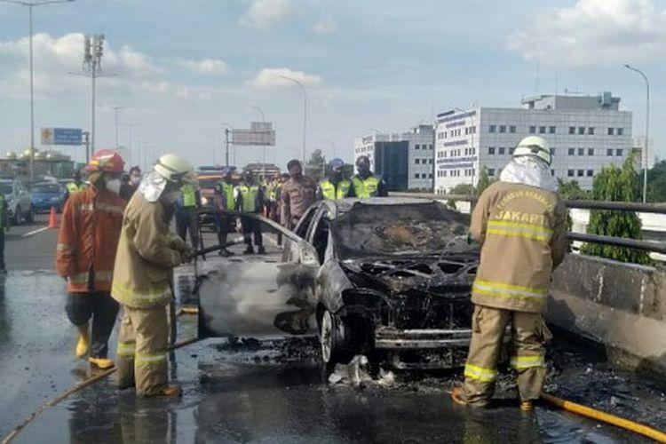 Satu unit mobil Vios dengan nomor polisi B 1735 BER terbakar di kilometer 1 Jalan tol layang Wiyoto Wiyono arah Cawang, Jakarta Timur, Sabtu (16/1/2021). Diduga karena korsleting.