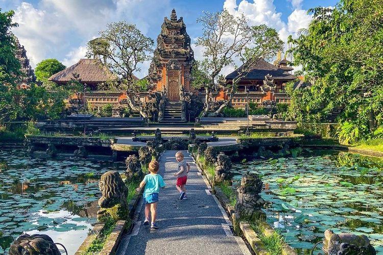 Pasangan Corinne dan Dave Pruden bersama anak mereka kabur dari Inggris dan menghabiskan masa karantina mandiri di Ubud, Bali.