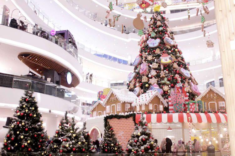 Dekorasi menjelang perayaan Natal di mal Senayan City, Jakarta,Jumat(13/12/2019). Menjelang perayaan Hari Natal, sejumlah pusat perbelanjaan menghias interior dengan dekorasi natal.