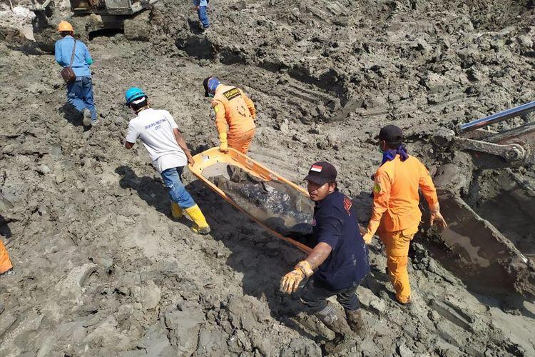 Evakuasi korban laka tambang timah atas nama Sugiono (44) di Desa Selinsing, Belitung Timur, Senin (5/8/2019).