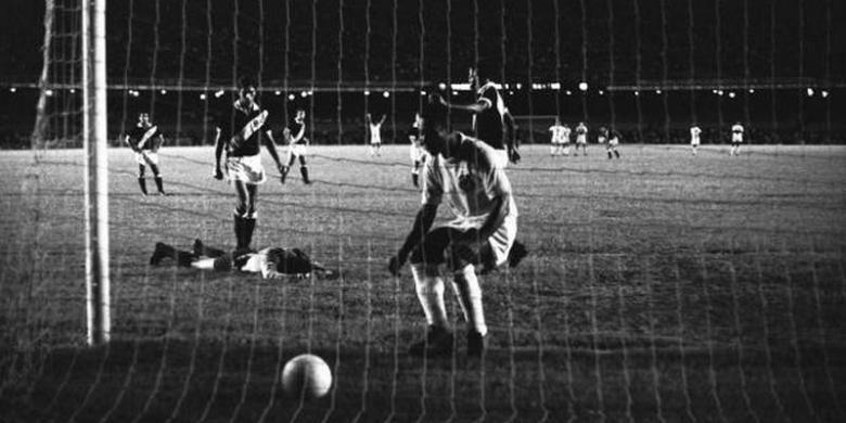 Pele mencetak gol ke-1000 saat Santos berhadapan dengan Vasco da Gama (19/11/1969).