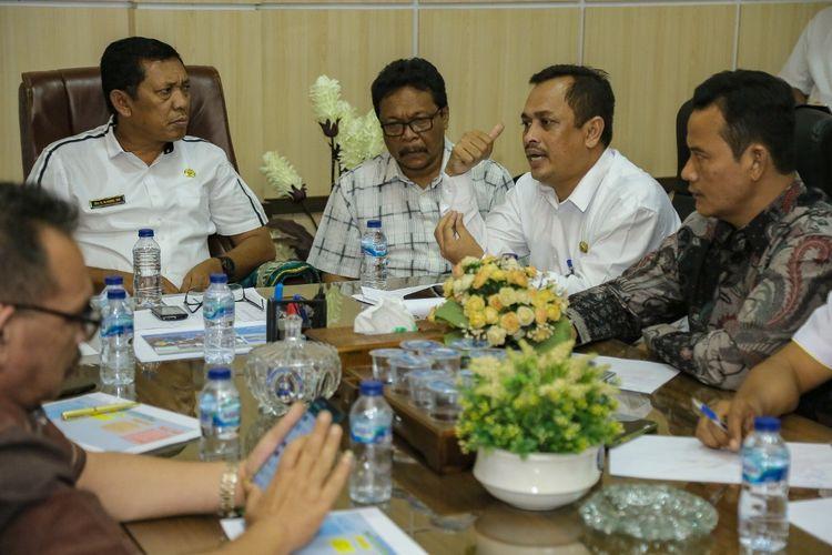 Kepala Dinas Sosial, Provinsi Aceh, Al Hudri, memimpin rapat penanganan virus corona di Dinas Sosial, Aceh, Banda Aceh, Jumat (31/1/2020)