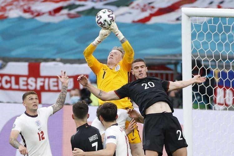 Kiper timnas Inggris, Jordan Pickford (tengah), meninju bola dalam pertandingan babak 16 besar Euro 2020 antara Inggris vs Jerman di Stadion Wembley, Selasa (29/6/2021).
